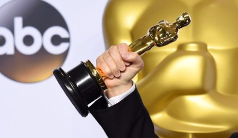 best-actor-oscar-winner-holding-statue-620x360